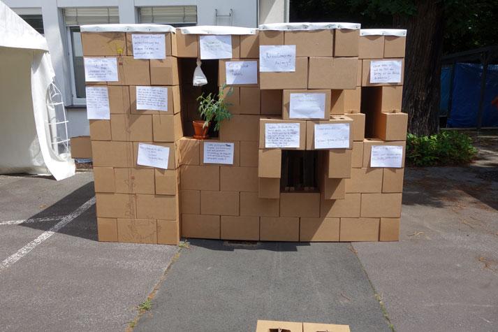 Das Haus aus Pappe mit den resümierenden Kommentaren der Summercamp-Teilnehmenden. Foto: Montag Stiftung Kunst und Gesellschaft