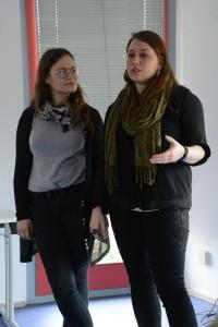 Diana Dauer und Teresa Herzog (v.l.n.r.) berichten von ihrem Projekt in der JVA Köln-Ossendorf. Foto: Anne-Katrin Bicher