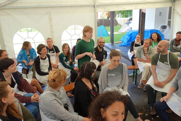 Vorstellungsrunde mit Schürzen. Foto: Montag Stiftung Kunst und Gesellschaft