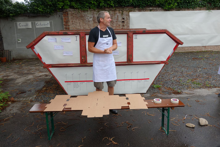 Frank Bölter wirbt für seinen Hausbau-Workshop. Foto: Montag Stiftung Kunst und Gesellschaft