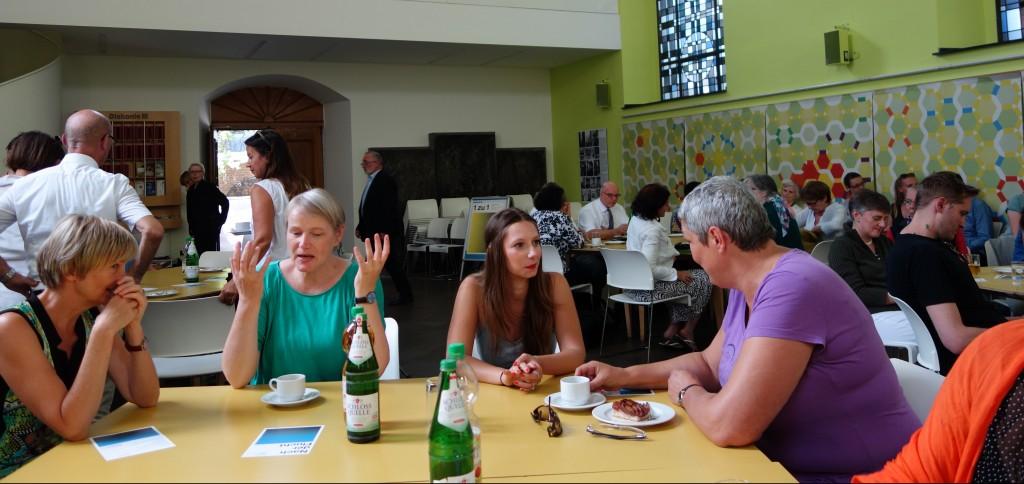 Die Referentinnen Gabriele Sonnleitner (ganz links) und Eileen Stiehler (2. v.r.) im Gespräch mit Teilnehmerinnen der Veranstaltung. Foto: MKG