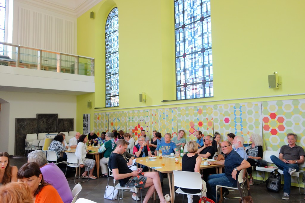 Teilnehmer und Teilnehmerinnen im intensiven Austausch. Foto: MKG
