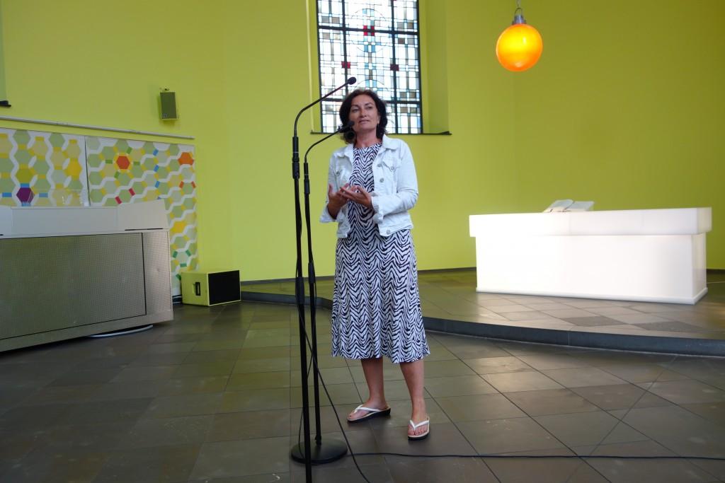 Flüchtlingsbeauftragte der Stadt Düsseldorf, Miriam Koch, hält ihr Grußwort. Foto: MKG